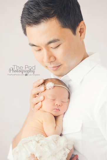 sweet-dad-holding-newborn-girl-photo